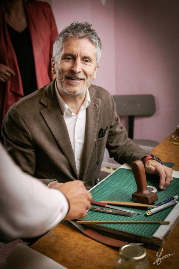 Fernando Grande-Marlaska visita la Escuela de Artesanos de la Piel de Ubrique