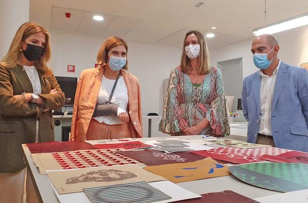 La Consejera de Empleo, Formación y Trabajo Autónomo, Rocío Blanco ha mantenido hoy en Ubrique una reunión en el Centro Tecnológico de la Piel